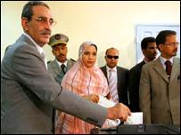 الرئيس الموريتاني علي ولد محمد فال يدلي بصوته