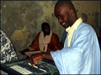 موريتاني يدلي بصوته