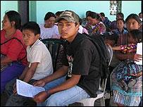 Enfermos esperan ser atendidos por militares estadounidenses.  Foto: Mariusa Reyes, BBC Mundo