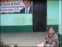 Mujer espera la llegada de Bush    Foto: Mariusa Reyes, BBC Mundo