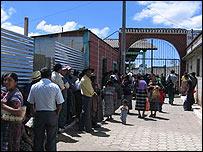 Personas frente a una escuela que Bush visitará este lunes