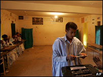 A Mauritanian man casts his vote