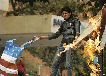 Manifestante quema bandera
