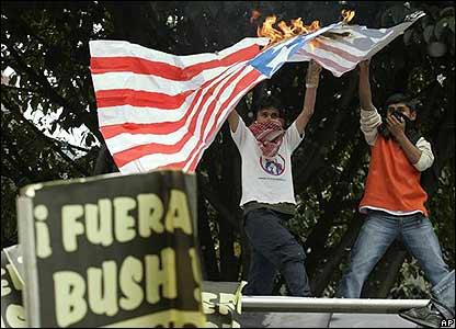 J�venes quemando bandera
