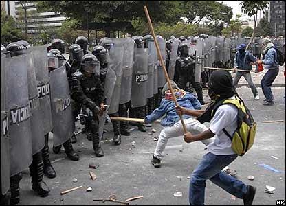 Manifestantes enfrentando a la polic�a