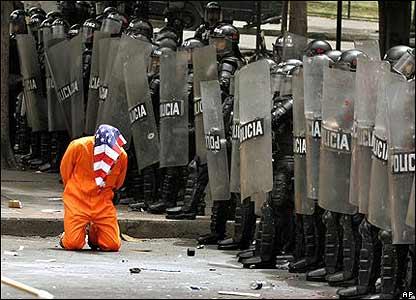 Un manifestante simula ser un prisionero de Guant�namo