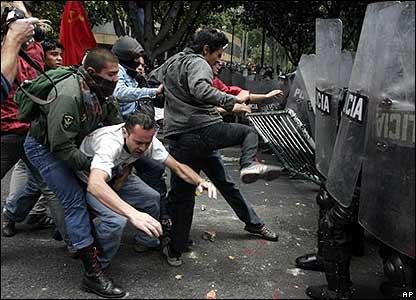 Manifestantes enfrentan a la polic�a de Bogot�