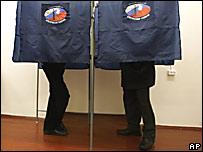 Избиратели заполняют бюллетени в кабинках для голосования
