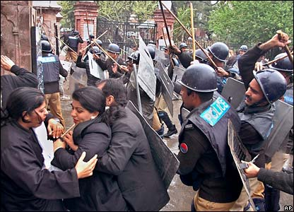 Pakistani police officers and lawyers clash in Lahore