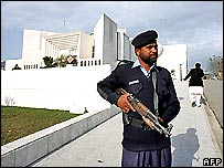 Policeman outside Pakistan supreme court