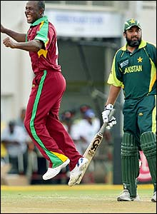 Dwayne Smith ceIebrates removing Inzamam
