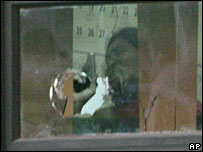 The hostage taker, identified as Almario Villegas, brandishes a pistol inside the courtroom on 13 March 2007