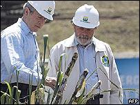 George W. Bush (izq) y Luiz Inácio Lula da Silva.