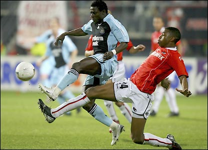 Obafemi Martins is challenged by Ryan Donk