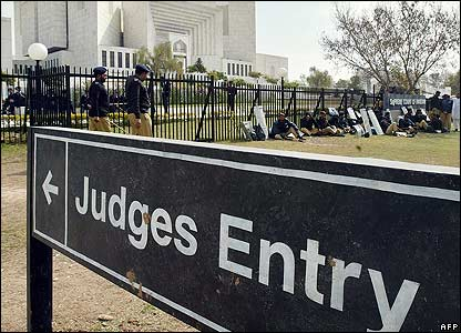 Pakistani riot police behind Supreme Court sign
