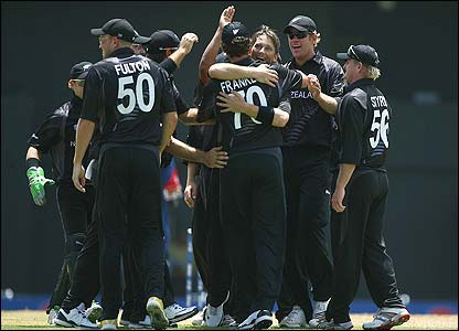 New Zealand players celebrate Shane Bond's dismissal of Kevin Pietersen