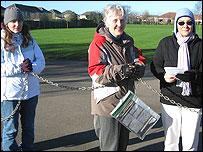 Lady Kate Davson en cadenas, junto a otras integrantes de la marcha