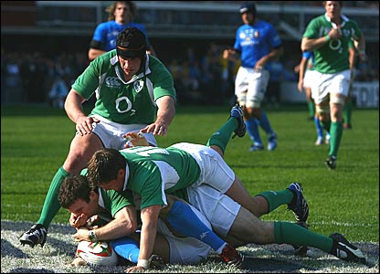 Gordon D'Arcy scores Ireland's third try against italy