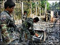 جندي يعاين موقع المدرسة التي تعرضت للهجوم
