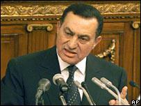 الرئيس المصري حسني مبارك يلقي كلمة أمام البرلمان (صورة من الأرشيف)