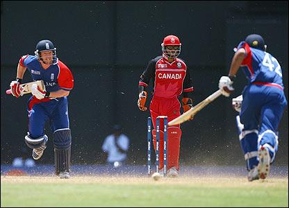 Paul Collingwood and Ravi Bopara make a quick run
