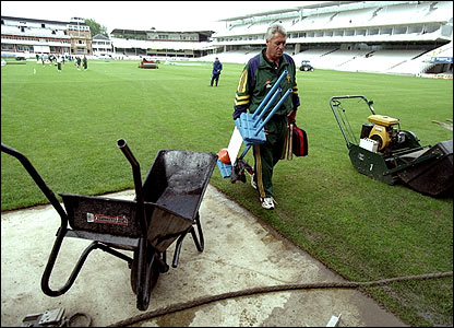 Woolmer leaves the Lord's outfield as South Africa coach