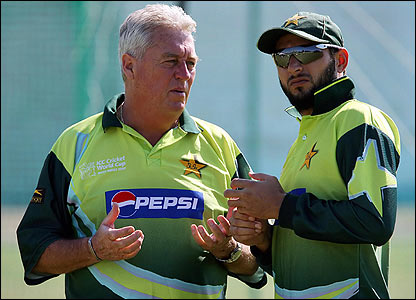 Bob Woolmer talks with Shahid Afridi during the 2007 World Cup