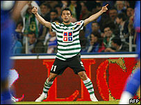 Rodrigo Tello celebra entre el desconsuelo de los jugadores del Porto.