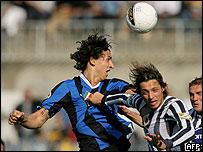 Zlatan Ibrahimovic, del Inter, pelea por un bal�n.