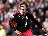 Klaas-Jan Huntelaar anot� dos goles para el Ajax.