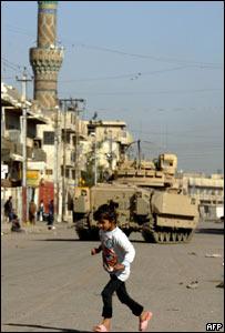 Niña camina en calle de Bagdad