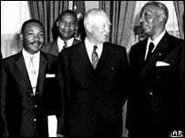 Martin Luther King Jr., E. Frederic Morrow, Presidente Eisenhower, A. Philllip Randolph.  23 de junio de 1958