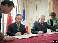 China's first deputy Foreign Minister Dai Bingguo and French Justice Minister Pascal Clement sign the treaty