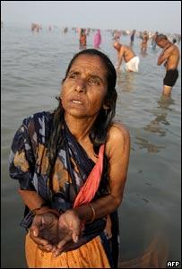 Una mujer se baña en el rió Ganges, en la India