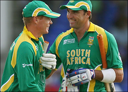 Justin Kemp (r) and Shaun Pollock after South Africa's victory