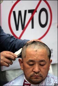Un hombre protesta en Hong Kong contra la Organización Mundial del Comercio