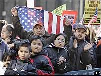 Manifestantes inmigrantes en la Plaza Federal de Chicago el 10 de marzo de 2007