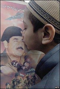 Un niño paquistaní besa una fotografía de Sadam Husein durante manifestacions en Karachi.
