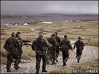 Soldados británicos se entrenan en las islas Falklandos o Malvinas