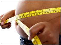 Una persona se mide la barriga