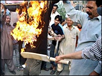 Pakistan fans burn an effigy of Inzamam-ul-Haq after their World Cup exit