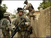 قوات عراقية وأمريكية خلال مداهمة في الكرادة