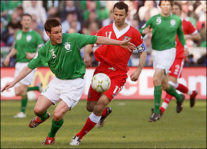 Ryan Giggs takes on Steve Finnan