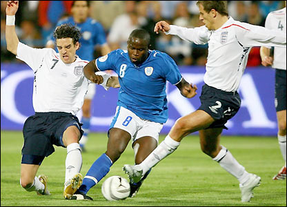 Toto Tamuz takes on Phil Neville and Owen Hargreaves
