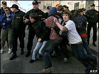 Police detain protesters in Minsk