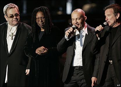 De izquierda a derecha, Elton John, Whoopi Goldberg, Bernie Taupin y Robin Williams.