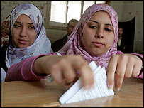 ناخبات مصريات يلين بأصواتهن في القاهرة