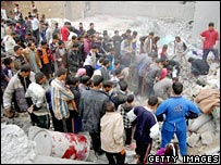Iraqis search for survivors in rubble in Ramadi, western Baghdad after a gun battle between US marines and insurgents 