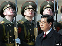 Hu Jianto reviews an honour guard in Moscow