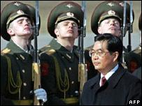 Hu Jianto reviews an honour guard in Moscow